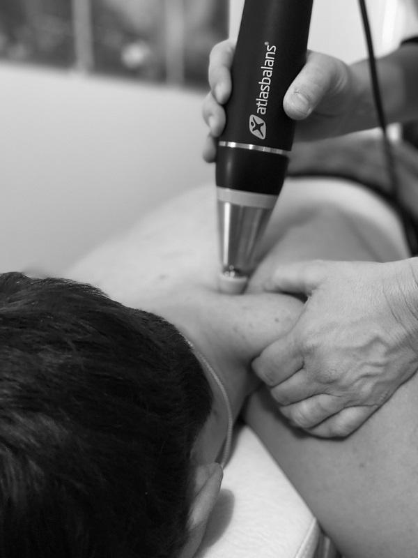 människa får djupvågsbehandling med osteopati